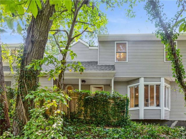 4 BR,  2.00 BTH Colonial style home in East Setauket