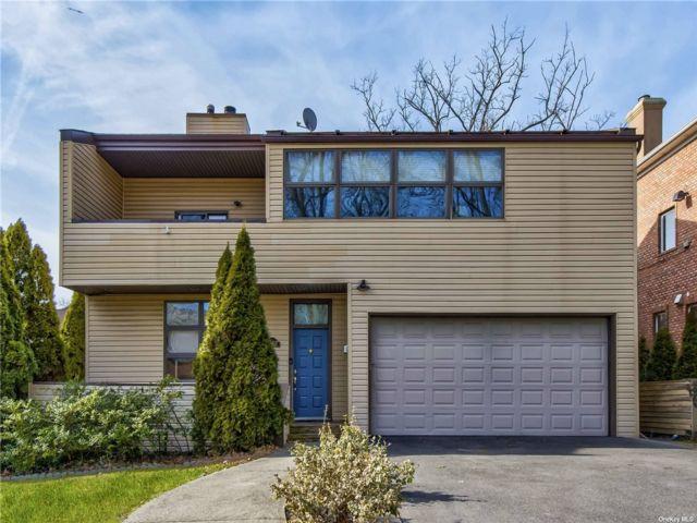 4 BR,  4.00 BTH Contemporary style home in Douglaston