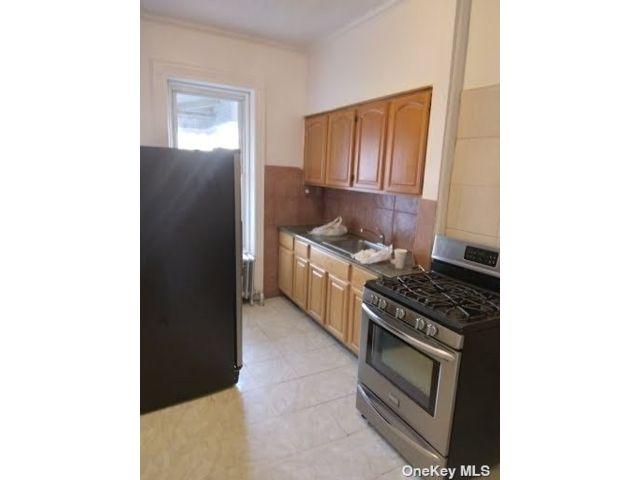 4 BR,  1.00 BTH Apt in bldg style home in Cypress Hills