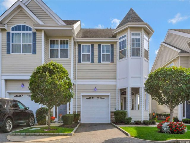 3 BR,  3.00 BTH Townhouse style home in Patchogue