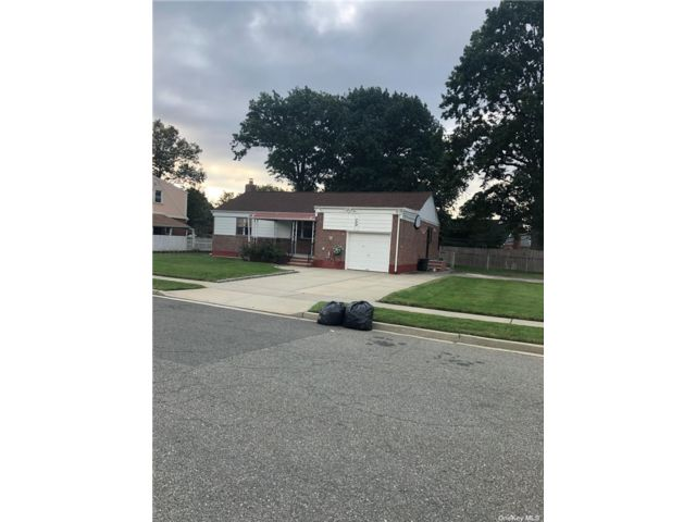 3 BR,  2.00 BTH Farm ranch style home in Elmont