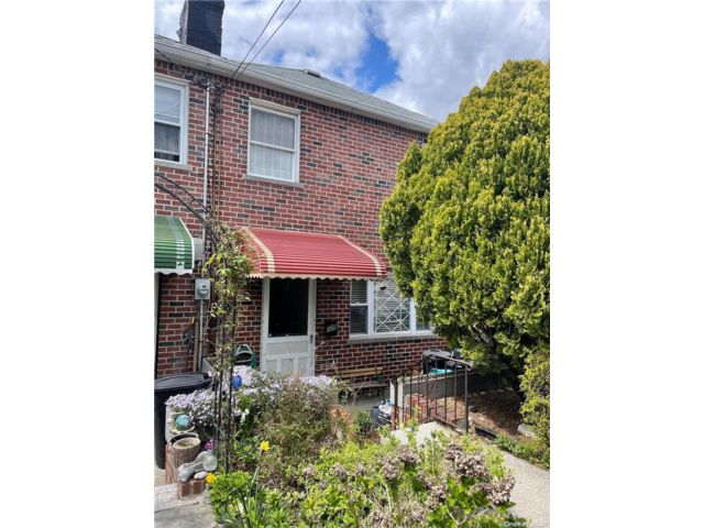 3 BR,  2.00 BTH Townhouse style home in Throggs Neck