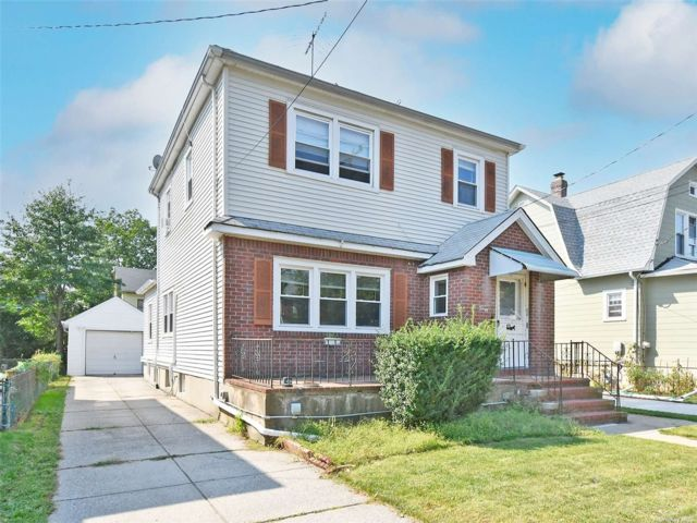 4 BR,  4.00 BTH Colonial style home in Floral Park