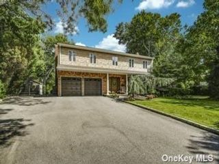 5 BR,  3.00 BTH Colonial style home in Islip