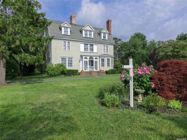 6 BR,  4.00 BTH Colonial style home in Bayport