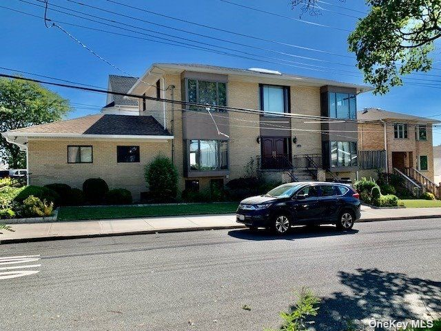 4 BR,  5.00 BTH Colonial style home in Flushing