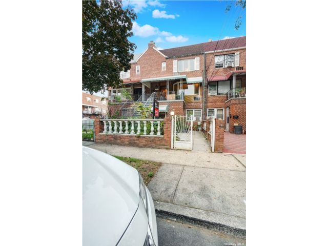 5 BR,  4.00 BTH Townhouse style home in Canarsie