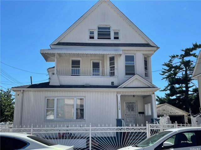 6 BR,  2.00 BTH Colonial style home in Richmond Hill