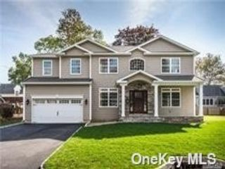 5 BR,  4.00 BTH Colonial style home in Massapequa