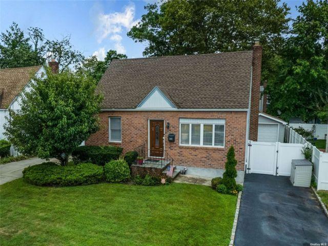 3 BR,  2.00 BTH Cape style home in Hewlett