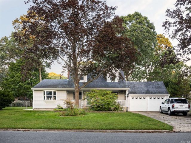 4 BR,  2.00 BTH Cape style home in Bayport