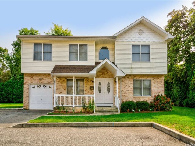 4 BR,  4.00 BTH Colonial style home in Hicksville