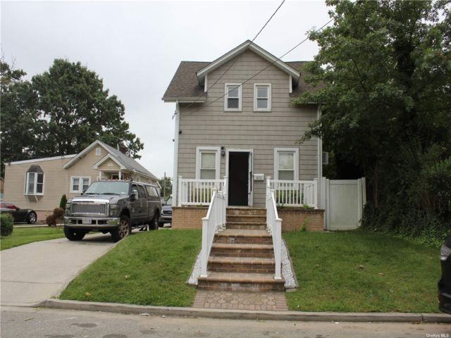 3 BR,  2.00 BTH Colonial style home in Uniondale