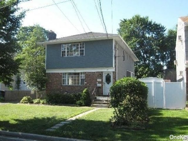 3 BR,  1.00 BTH Colonial style home in Syosset