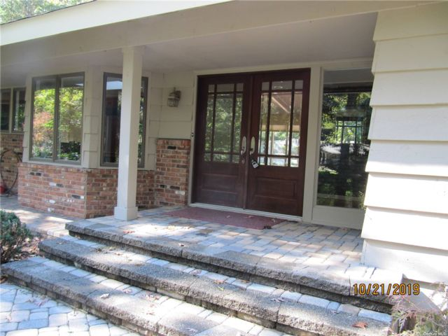 5 BR,  3.00 BTH Ranch style home in Fort Salonga