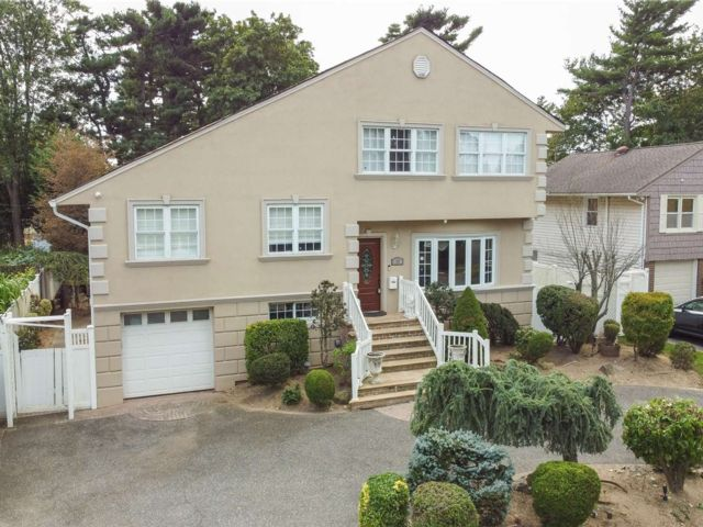 6 BR,  4.00 BTH Split level style home in Syosset