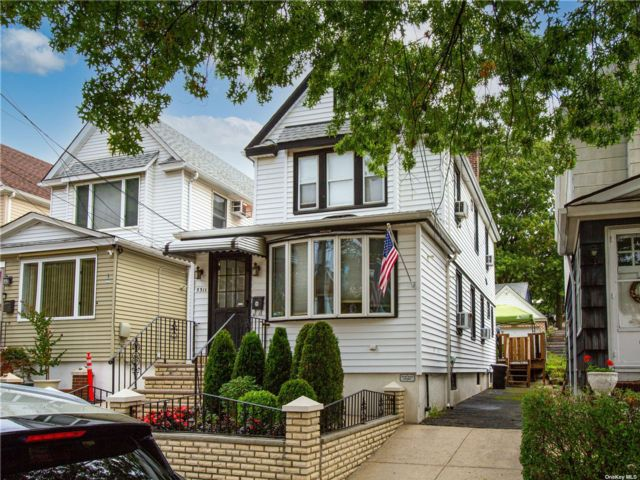 3 BR,  4.00 BTH 2 story style home in Maspeth