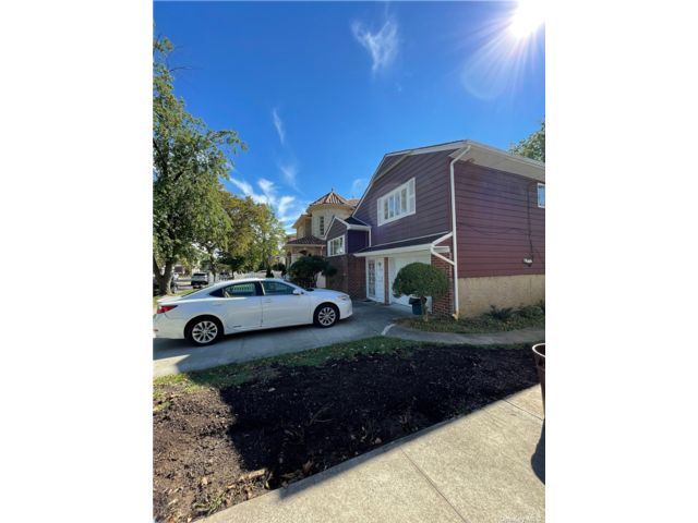 4 BR,  2.00 BTH Apt in house style home in Douglaston