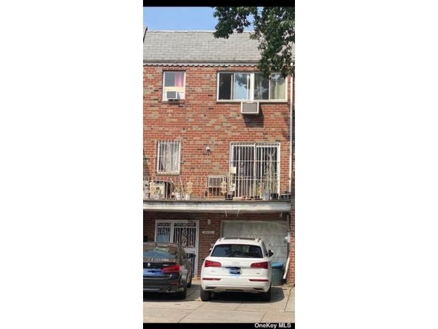 7 BR,  6.00 BTH Townhouse style home in Flushing