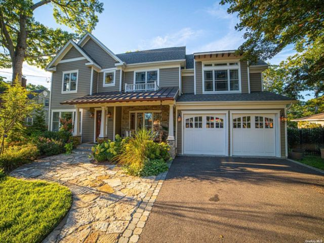 5 BR,  4.00 BTH Colonial style home in East Islip