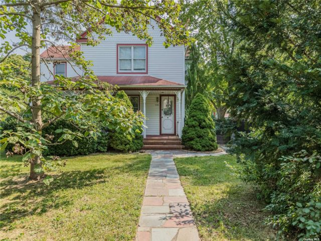 4 BR,  2.00 BTH Colonial style home in Bohemia