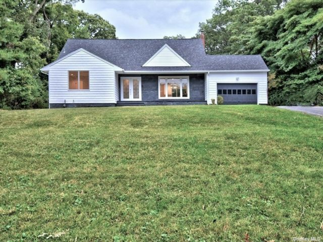 5 BR,  3.00 BTH Farm ranch style home in Hauppauge