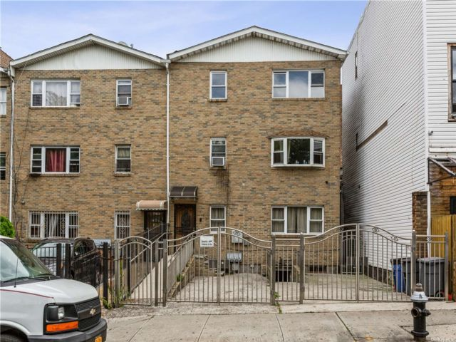 8 BR,  7.00 BTH Trilevel style home in Crown Heights