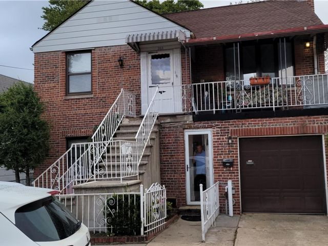 5 BR,  2.00 BTH 2 story style home in Throggs Neck