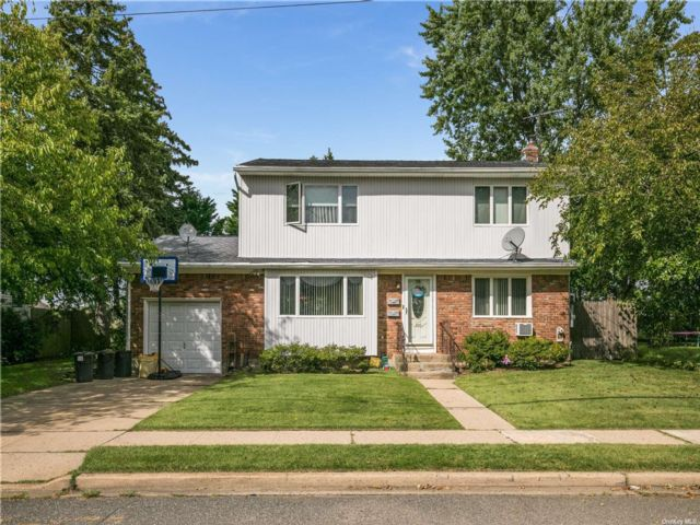 4 BR,  2.00 BTH 2 story style home in Bethpage