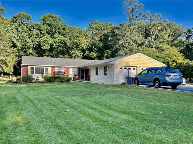 4 BR,  3.00 BTH Ranch style home in Ronkonkoma
