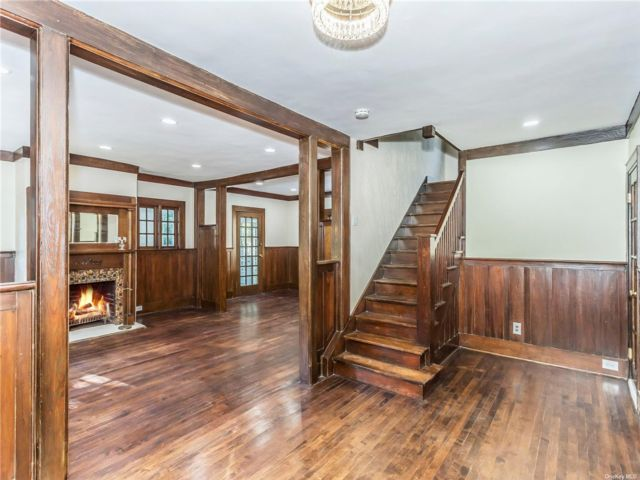 4 BR,  5.00 BTH Colonial style home in Glen Cove