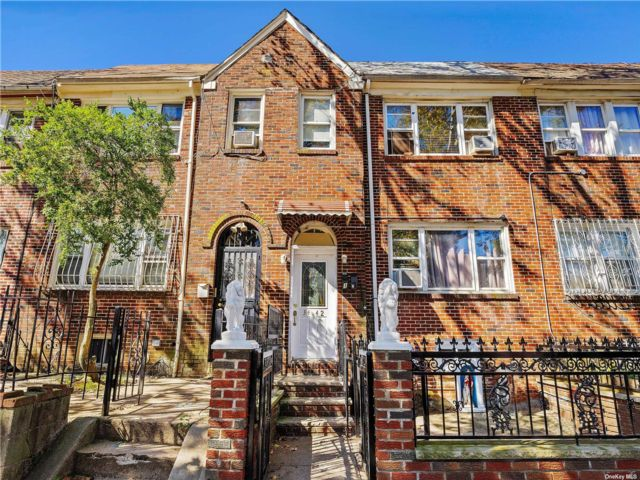 5 BR,  2.00 BTH 2 story style home in Jackson Heights