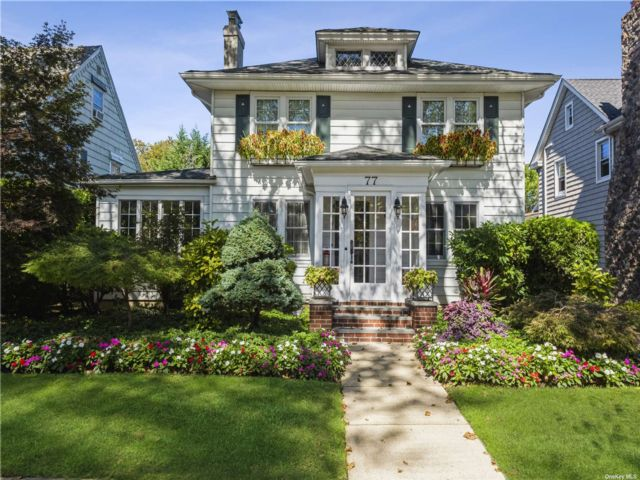 3 BR,  3.00 BTH Colonial style home in Bellerose Vill
