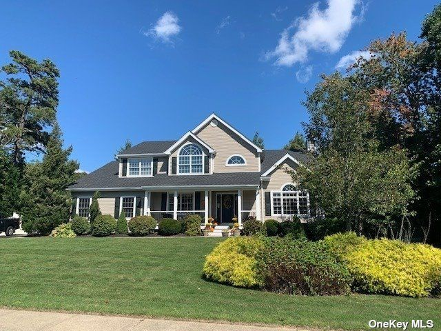 4 BR,  3.00 BTH Colonial style home in Bohemia