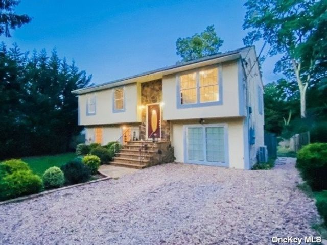 4 BR,  2.00 BTH Hi ranch style home in Huntington