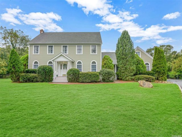 5 BR,  4.00 BTH Colonial style home in Setauket