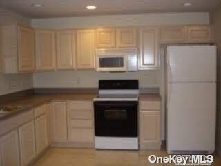 3 BR,  2.00 BTH Hi ranch style home in East Meadow