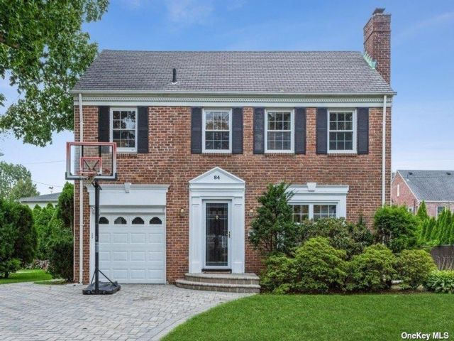 4 BR,  4.00 BTH Colonial style home in Garden City