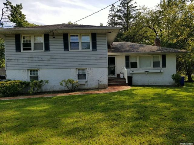 3 BR,  2.00 BTH Split level style home in Commack