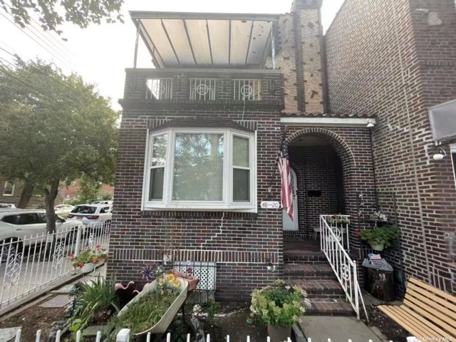 4 BR,  1.00 BTH Colonial style home in Woodside