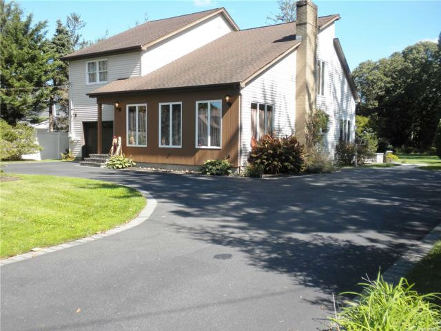 3 BR,  3.00 BTH Contemporary style home in Nesconset