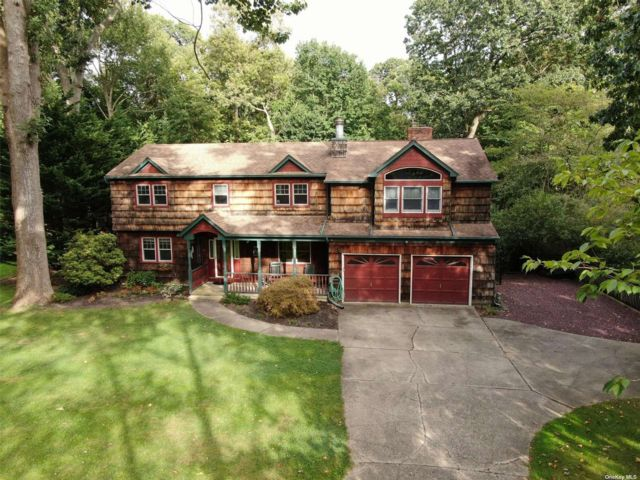 4 BR,  4.00 BTH Colonial style home in Northport