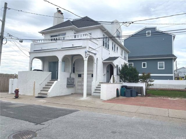 3 BR,  1.00 BTH Apt in house style home in Long Beach