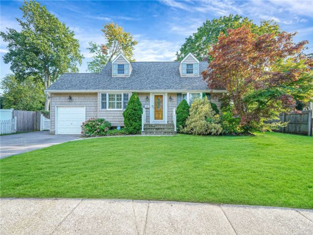 4 BR,  2.00 BTH Cape style home in Smithtown