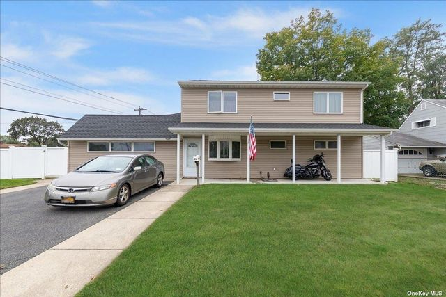 4 BR,  3.00 BTH Exp ranch style home in Levittown