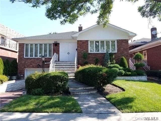 4 BR,  3.00 BTH Exp ranch style home in Rego Park