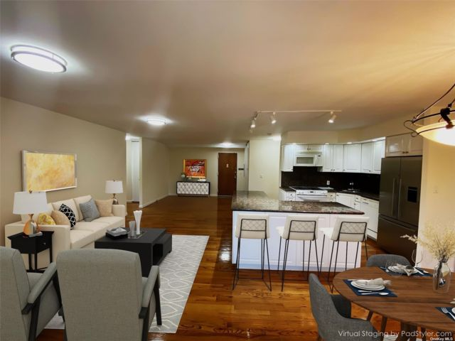 2 BR,  2.00 BTH Apt in bldg style home in Great Neck
