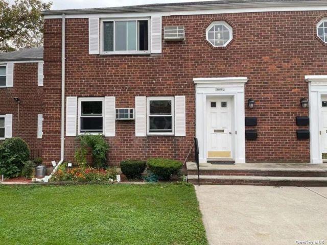 1 BR,  1.00 BTH Co-op style home in Glen Oaks