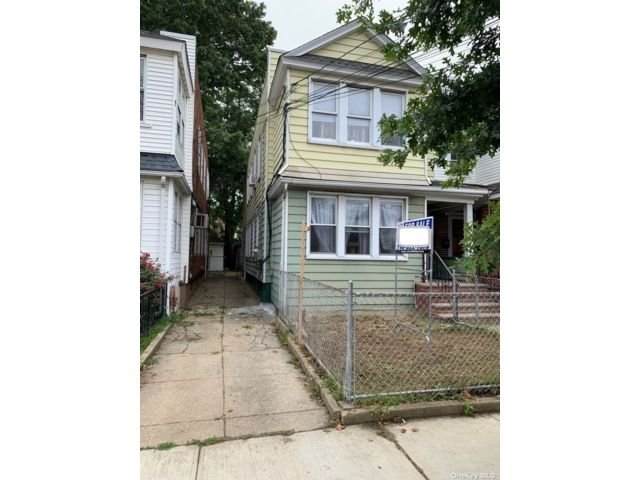 7 BR,  3.00 BTH Colonial style home in Richmond Hill