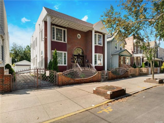6 BR,  5.00 BTH Colonial style home in Canarsie